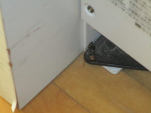 ゴキブリ対策で居室コーナー部へのベイト剤塗布
