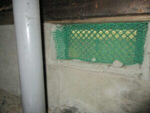 クマネズミ侵入防止で金網を取付けた通気口